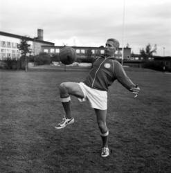 """Stig """"Vittjärv"""" Sundqvist trixar med bollen vid Hagaskolan."""
