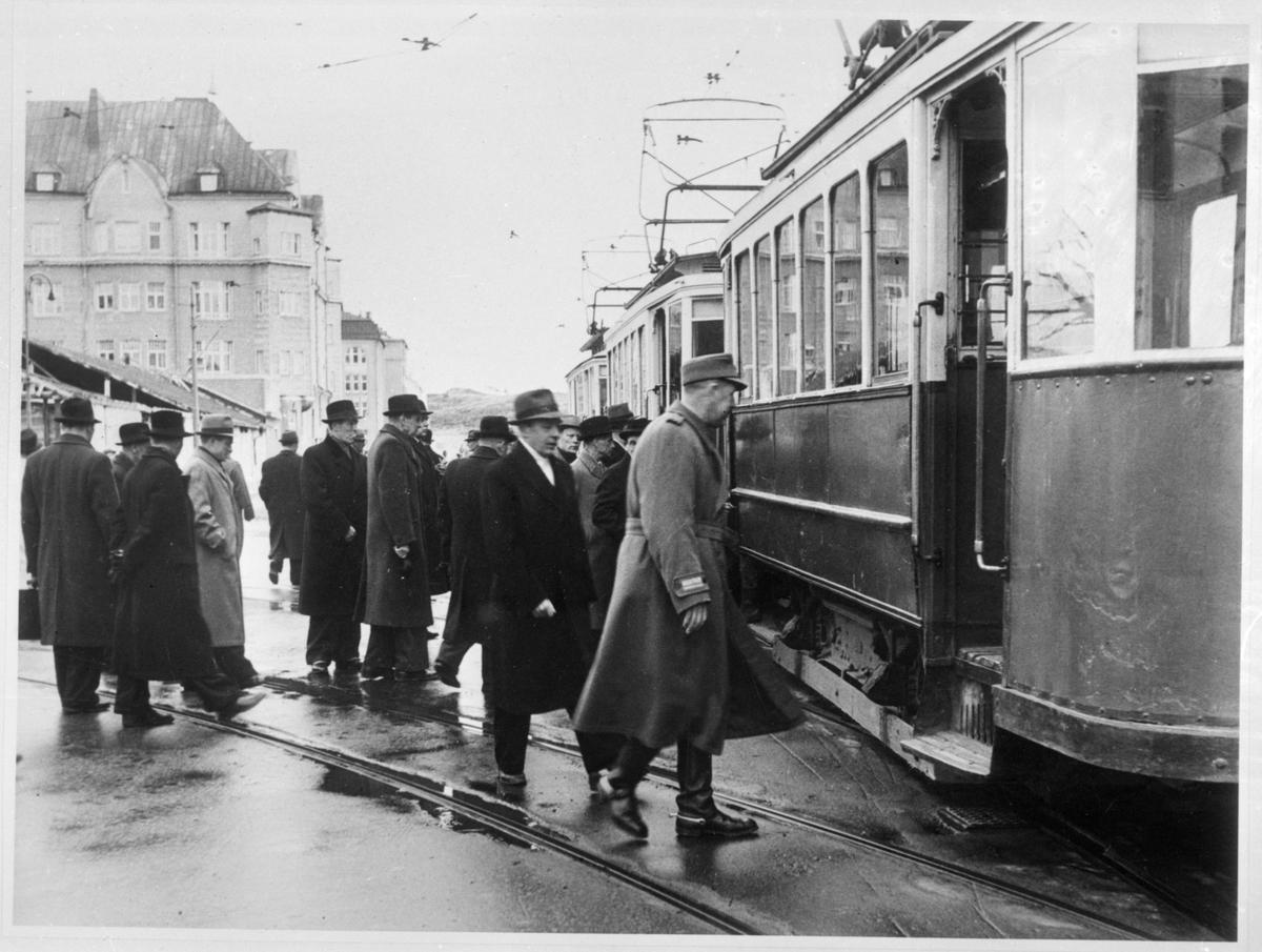 """Stadsfullmäktige på väg att """"inspektera"""" staden per Viipurin Kaupungin Sähkölaitos, VKS spårvagn. Bilden är tagen medan Viborg fortfarande tillhörde Finland."""