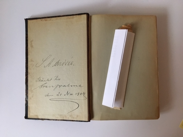 """Bok med ryggtitel """"Norra Polarhafvet"""" innehållande tre expeditionsberättelser: """"Andra tyska polar-expeditionen 1869-70""""., """"Polar-expeditionen 1871."""" samt """"Den österrikisk-ungerska nordpols-expeditionen 1872-74."""" Bokens kartor saknas. Utöver namnteckning innehåller boken ett antal marginalanteckningar och markeringar av S A Andrée.  Till boken hör ett flertal pappers-stickor som låg på olika sidor. Ligger nu separat med hänvisning till ursprunglig plats."""