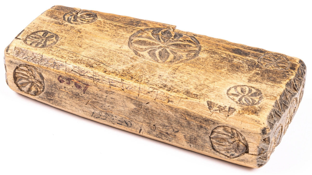Dosa i form av bokband, i trä med skurna mönster.