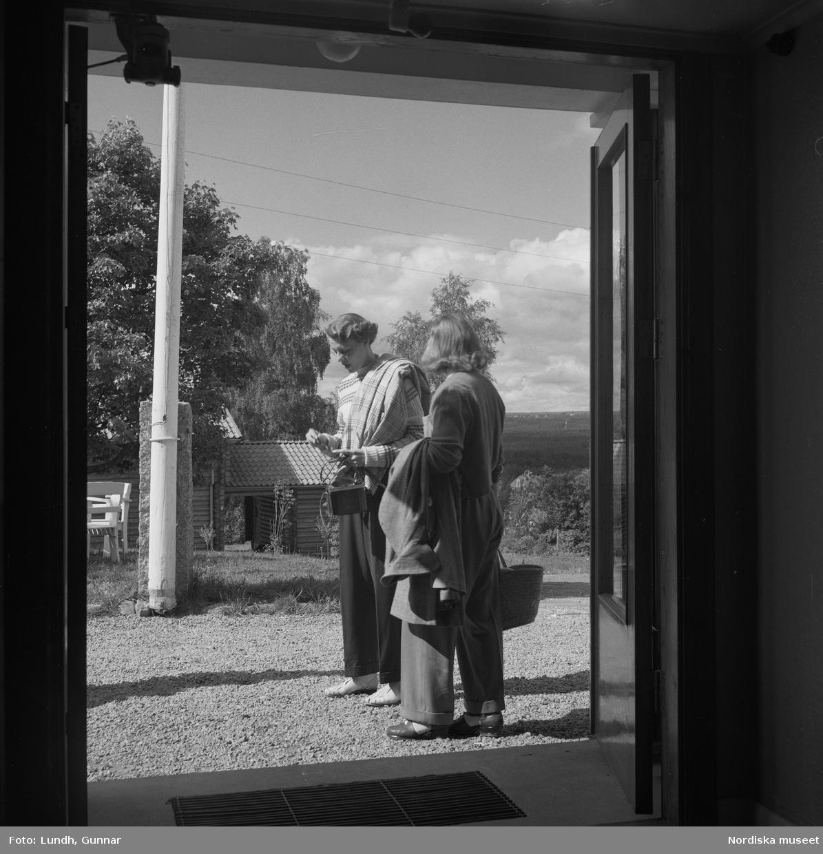 Motiv: Rättvik ; Exteriör av hus, interiör med utsikt genom fönster med flaggstänger med nationsflaggor, tre kvinnor sitter vid ett trädgårdsbord vid parkerade bilar, porträtt av en man som sitter på en förstukvist, en kvinna och tre män spelar boccia.