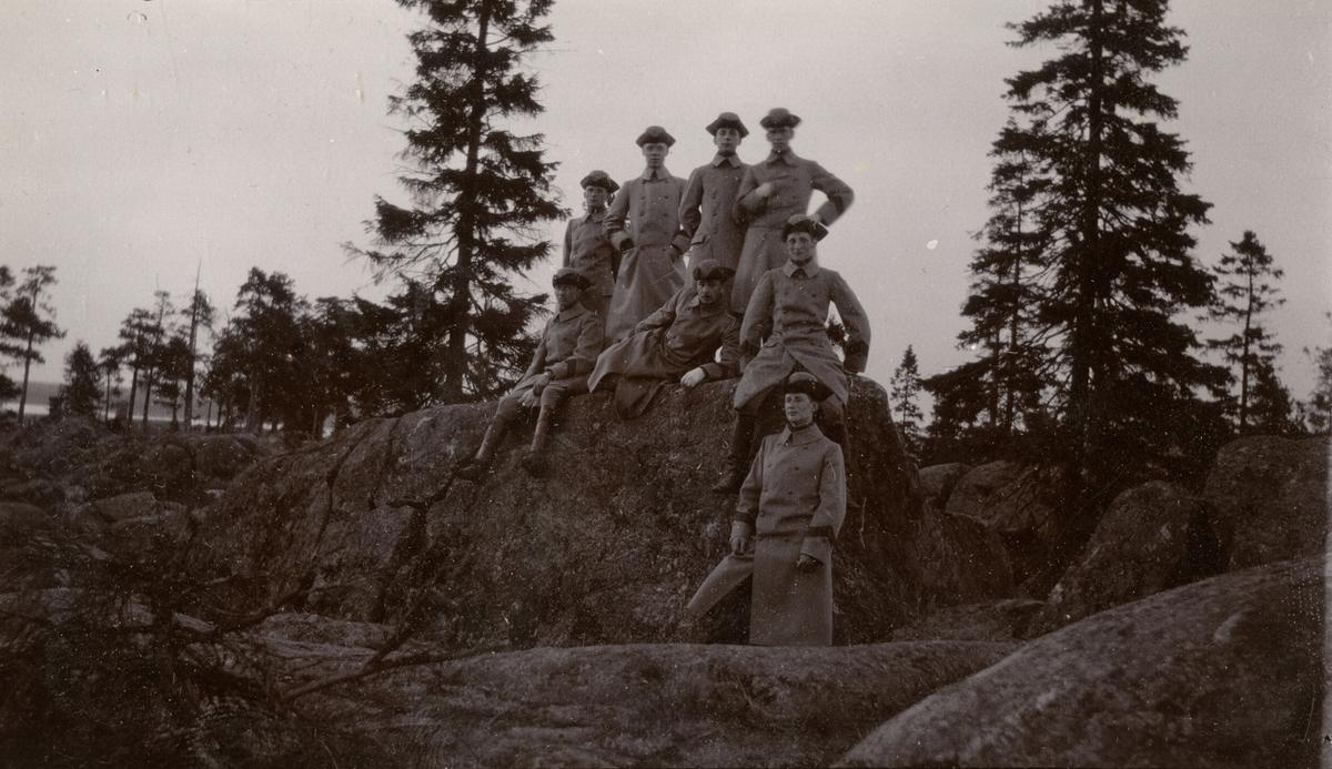 Carl Hodder Baltzar Stiernswärd, Florman, Rolf Karl Vilhelm Backman, John Erik Helmersson Berzelius Normelli, Ekedahl, Norström och Feidig(?) på Holmsunds utsiktsberg.
