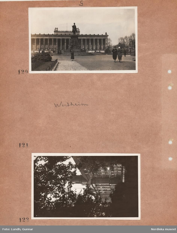 """Motiv: Utlandet, Berlin 114 - 146 ;  Kvinnor promenerar framför Altes Museum, exteriör av byggnad, anteckning på kontaktkarta 121 """"Wertheim""""."""