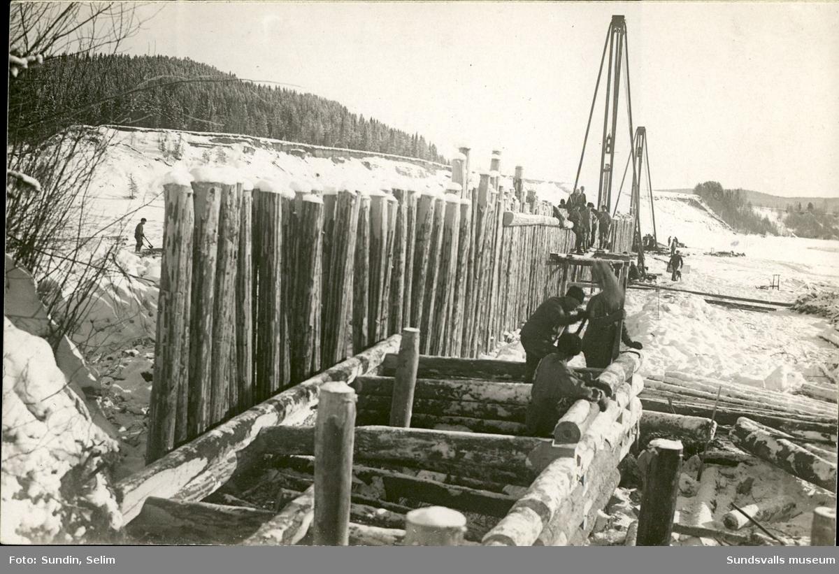 Vykort med motiv över ett flertal män som utför nödhjälpsarbeten i Ragunda 1922.