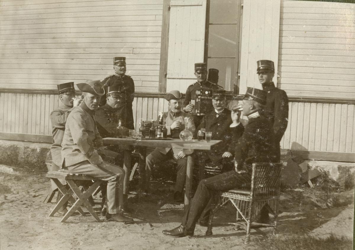 "Text i fotoalbum: ""Utanför lilla officerspaviljongen sommaren 1907."""