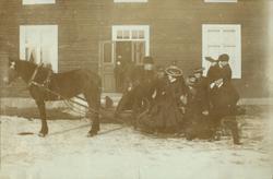 """Text i fotoalbum: """"Utanför """"Nickebo"""" vintern 1904."""""""