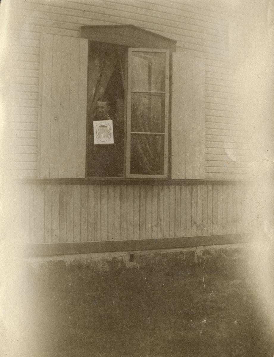 """Text i fotoalbum: """"Edgar F. som lycklig fästman 1907 (lilla paviljongen)."""""""