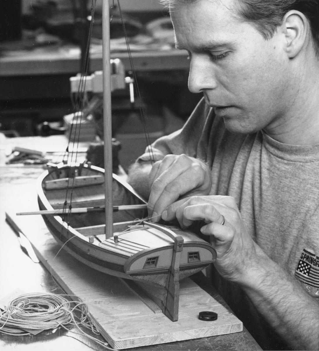 Modellbyggare Stefan Bruhn arbetar med en modell av en mälarjakt (SM 28083).