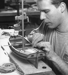Modellbyggare Stefan Bruhn arbetar med en modell av en mälar