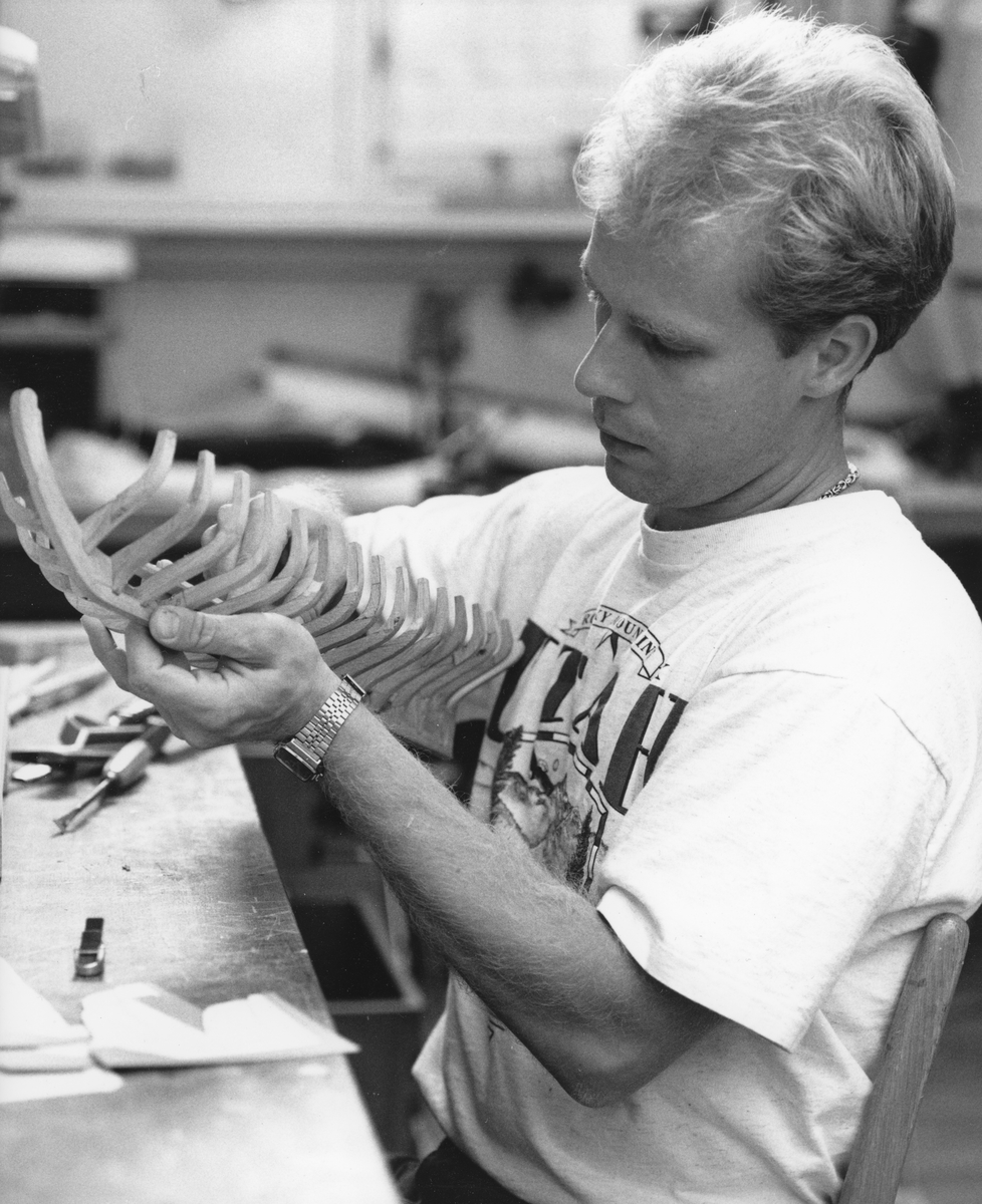 Modellbyggare Stefan Bruhn arbetar med spanten till en modell av en mälarjakt från 1700-talet.