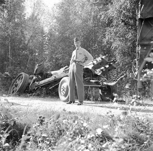 Haubits m/1939. 15 cm, i diket. Övningsfältet. Kapten i förgrunden.