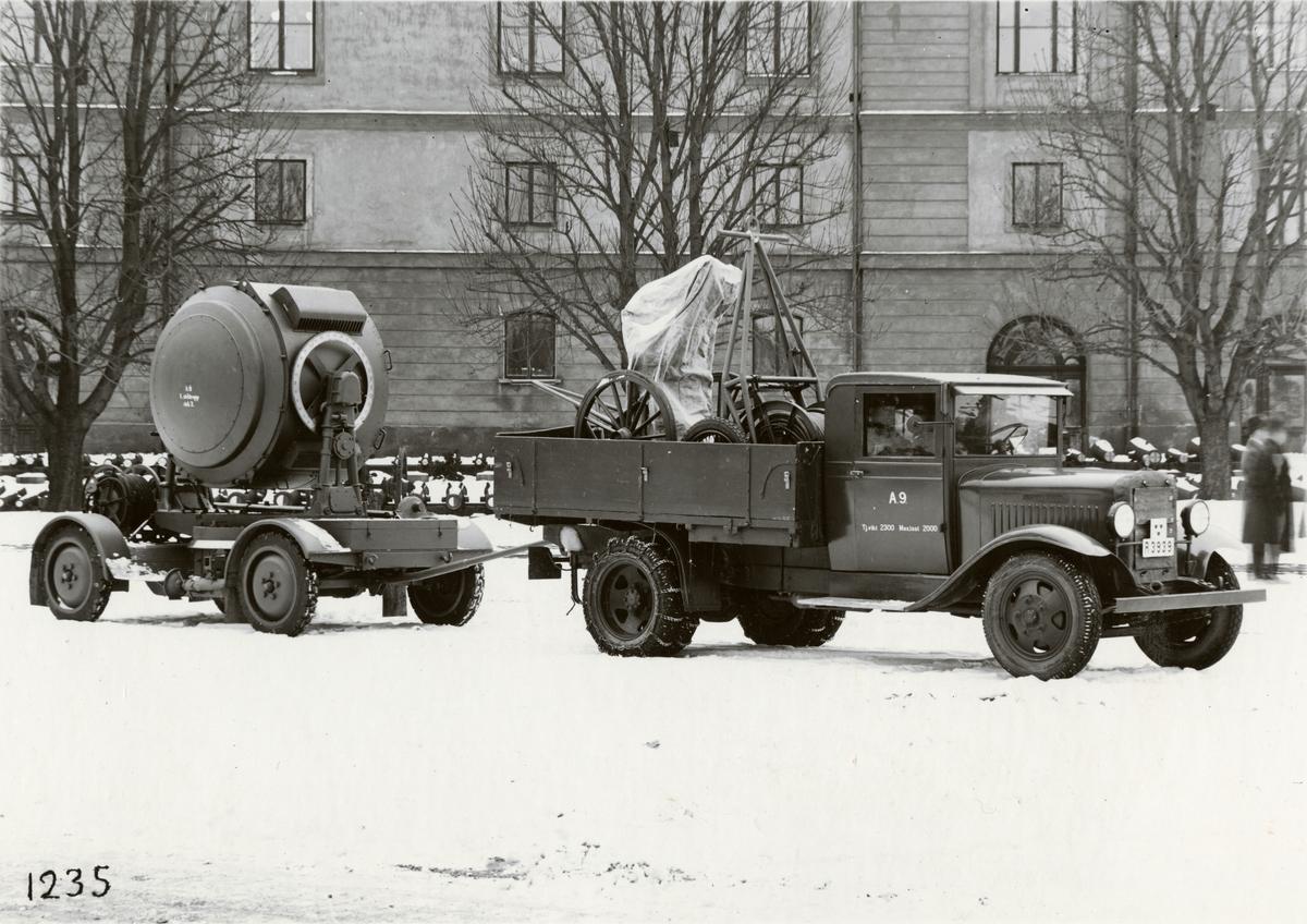 Strålkastare typ ZH 150, dragen av lastautomobil. Tillverkad av Svenska Instrument Aktiebolaget (SIA).  Ekipaget uppställt på Artillerigården vid Armémuseum.