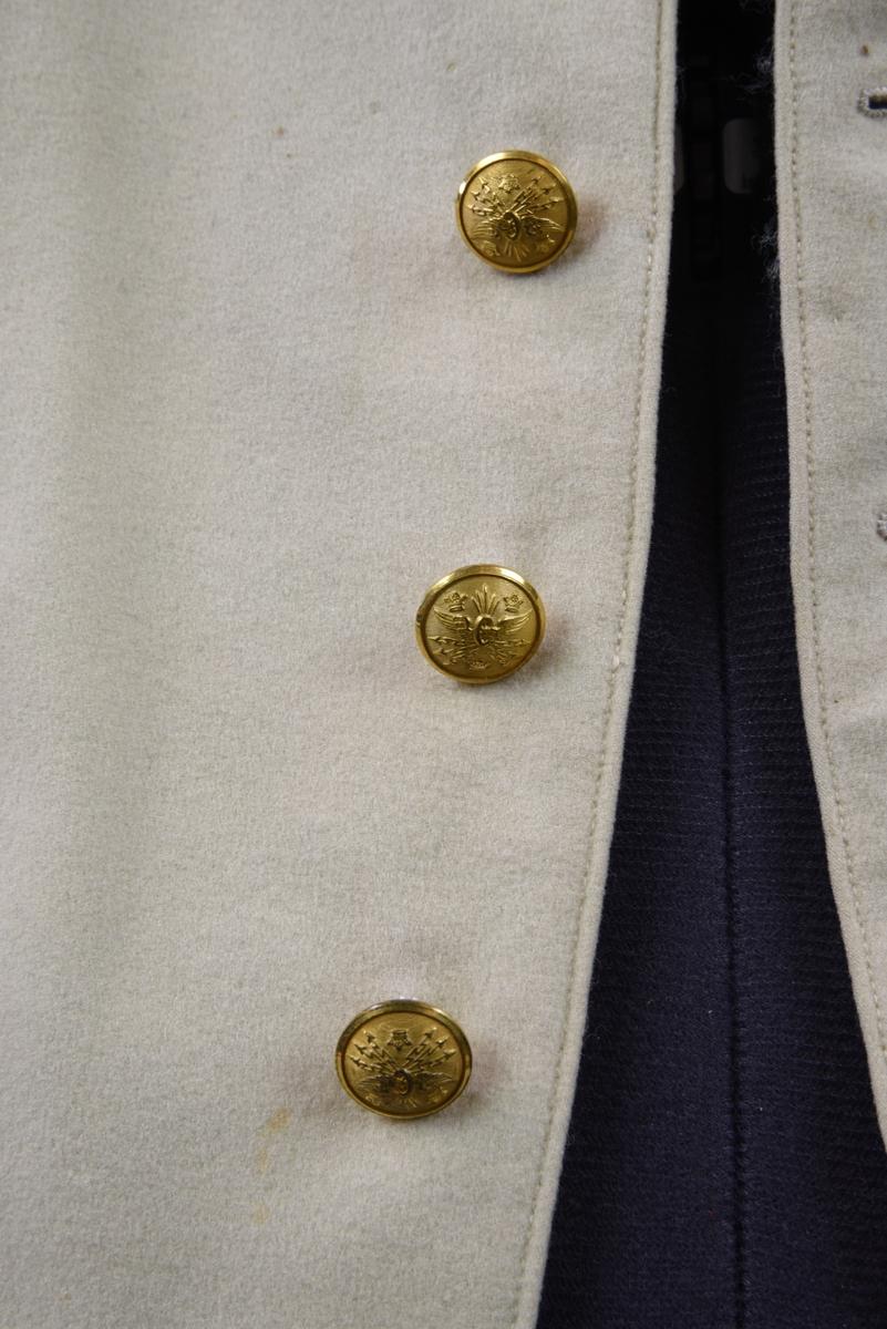 Vit väst av fint kläde med schalkrage och fem knappar.