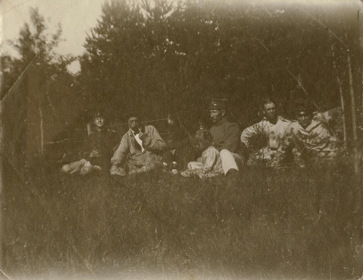 Gruppbild vid skogsbryn.