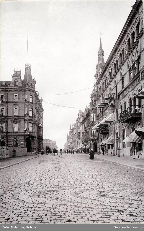 Storgatan mot väster strax före korsningen mot Nybrogatan. Hotell Knaust till vänster. I fonden ses byggnadsställningar på Holmströmska huset som stod färdigt 1896.