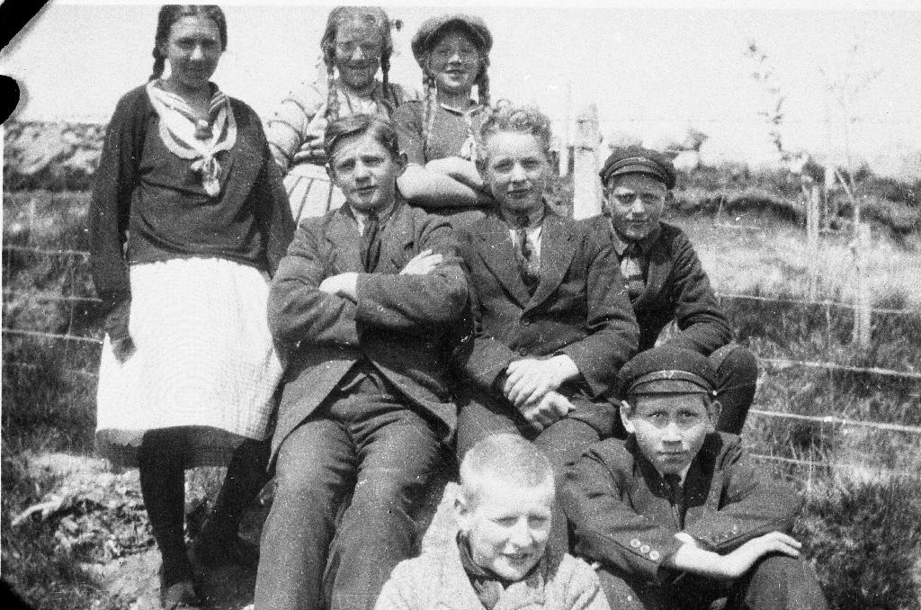 Born i skulemarka på Bryne. To av jentene i bakgrunner er Margit og Gudrun Odden.