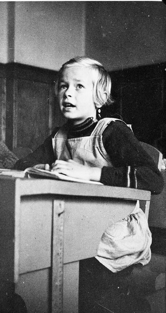 Anna Barkved ved pulten då ho gjekk i 2. klasse ved Bryne skule.Far hennar var lærar Ola Barkved.