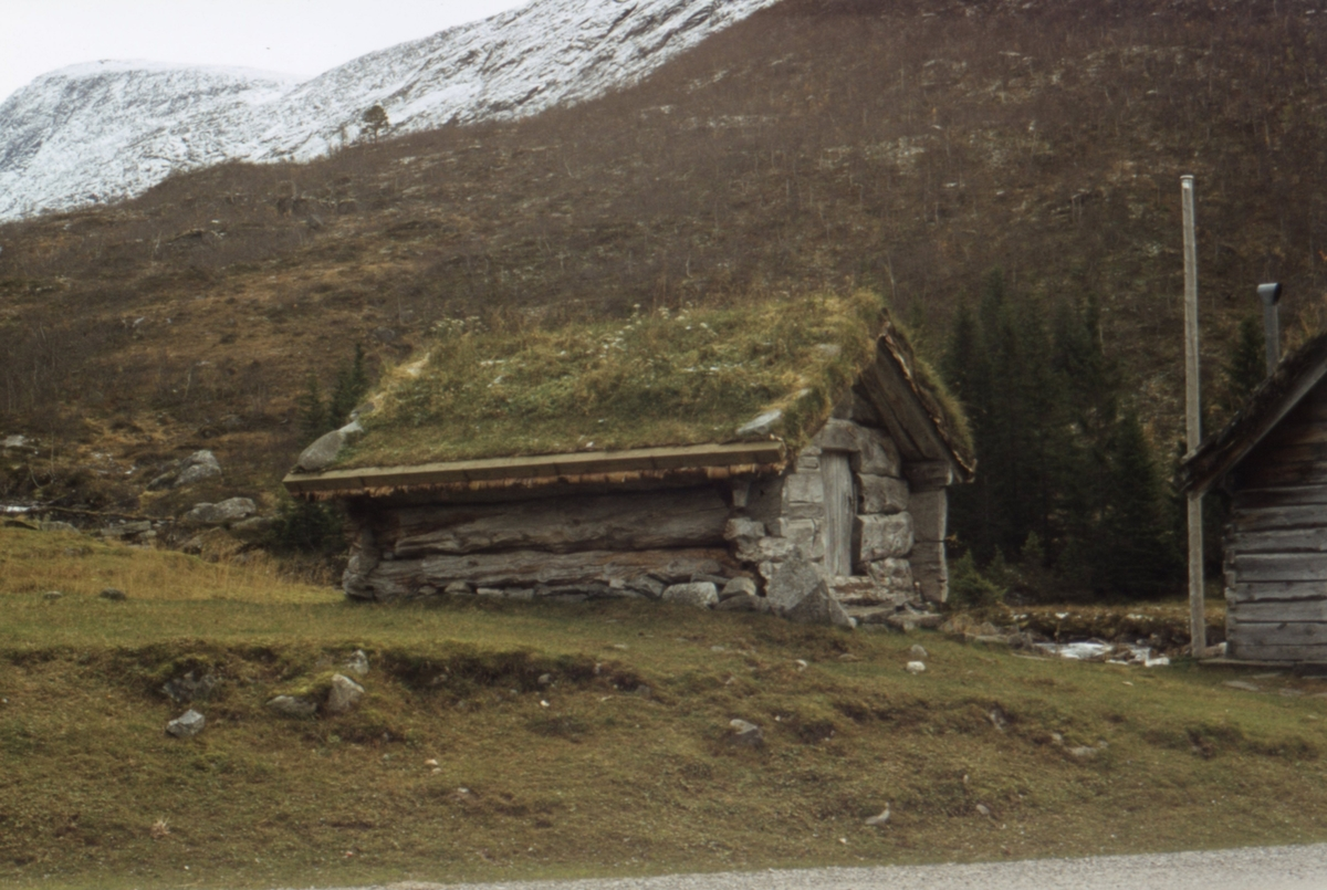 Dokumentasjonsbilder i serie av eldre bygninger i Valldal, Norddal.