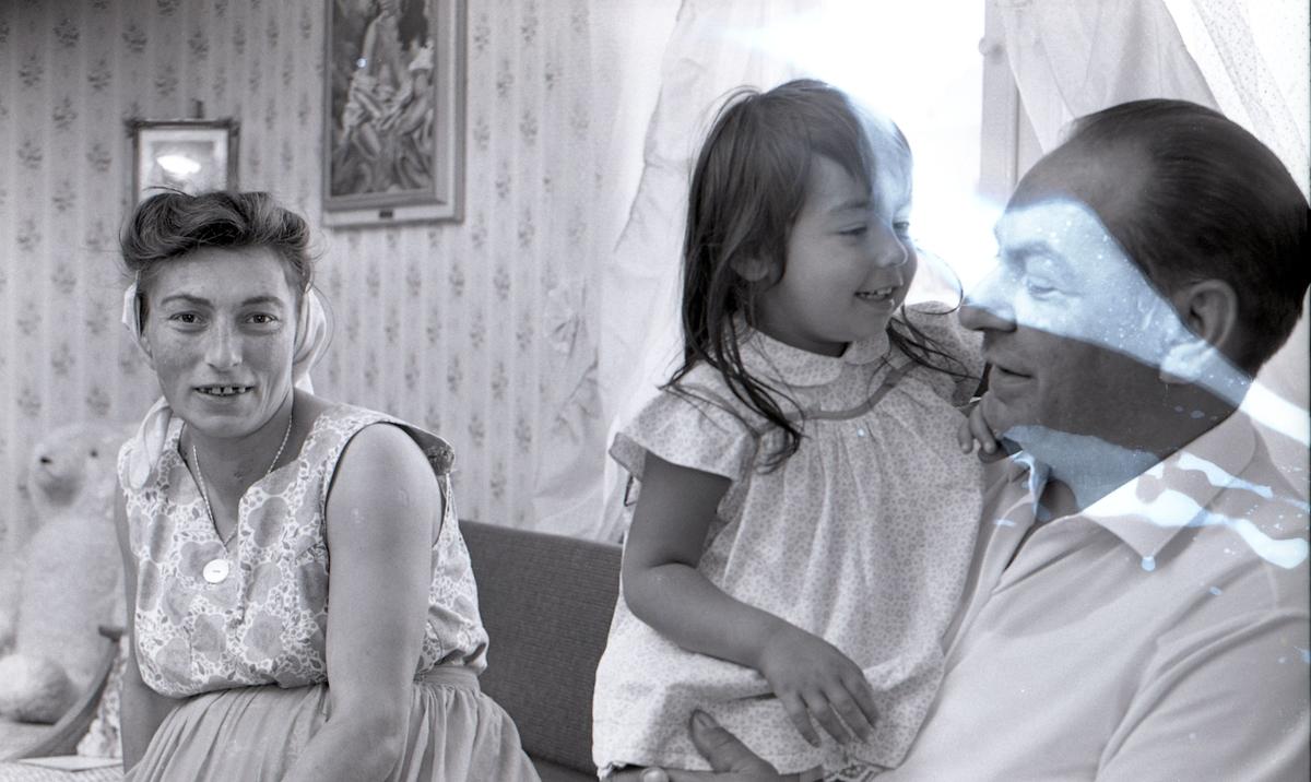 En romsk familj i sin bostad sommaren år 1963. Bilden är tagen i samband med ett nyhetsreportage för Skånska Dagbladet. I reportaget porträtteras familjen och hur de trivs med att ha blivit bofasta. fter att de svenska romerna i Sverige erkändes som medborgare år 1952 uppstod debatt kring gruppens svåra levnadsförhållanden. En statlig utredning genomfördes under 1954-1956 där en av slutsatserna blev att fast bostad var nyckeln till att lyckas med skolgång och arbetsliv. Från och med mars 1960 hade kommuner möjlighet att rekvirera statsbidrag för kostnader i samband med romers bosättning, vilket förenklade möjligheten för svenska romer att få tillgång till permanenta bostäder samt i förlängningen studier och arbete. Denna process kom dock att bli utdragen under flera år. Frågor om svenska romers förhållanden uppmärksammades mycket i media, långt i på sextiotalet.
