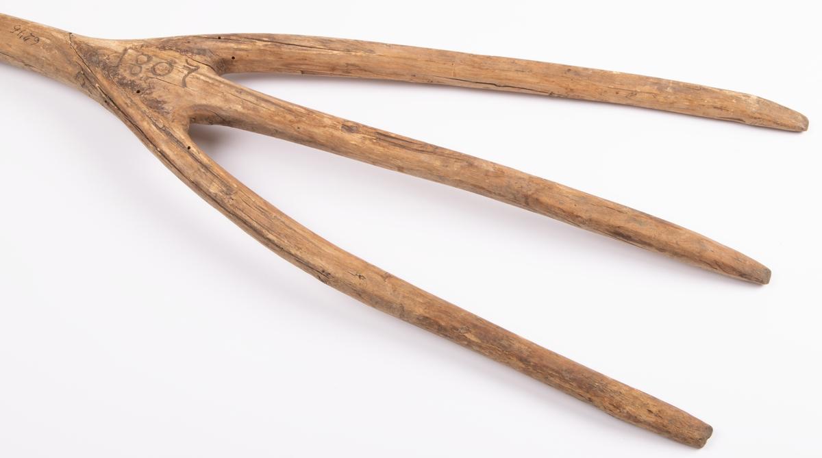 Högaffel av trä. Märkning 1807 P AB S.