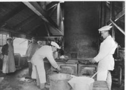 Interiör av kokhus 1911-1916. Husmor, köksföreståndare och k