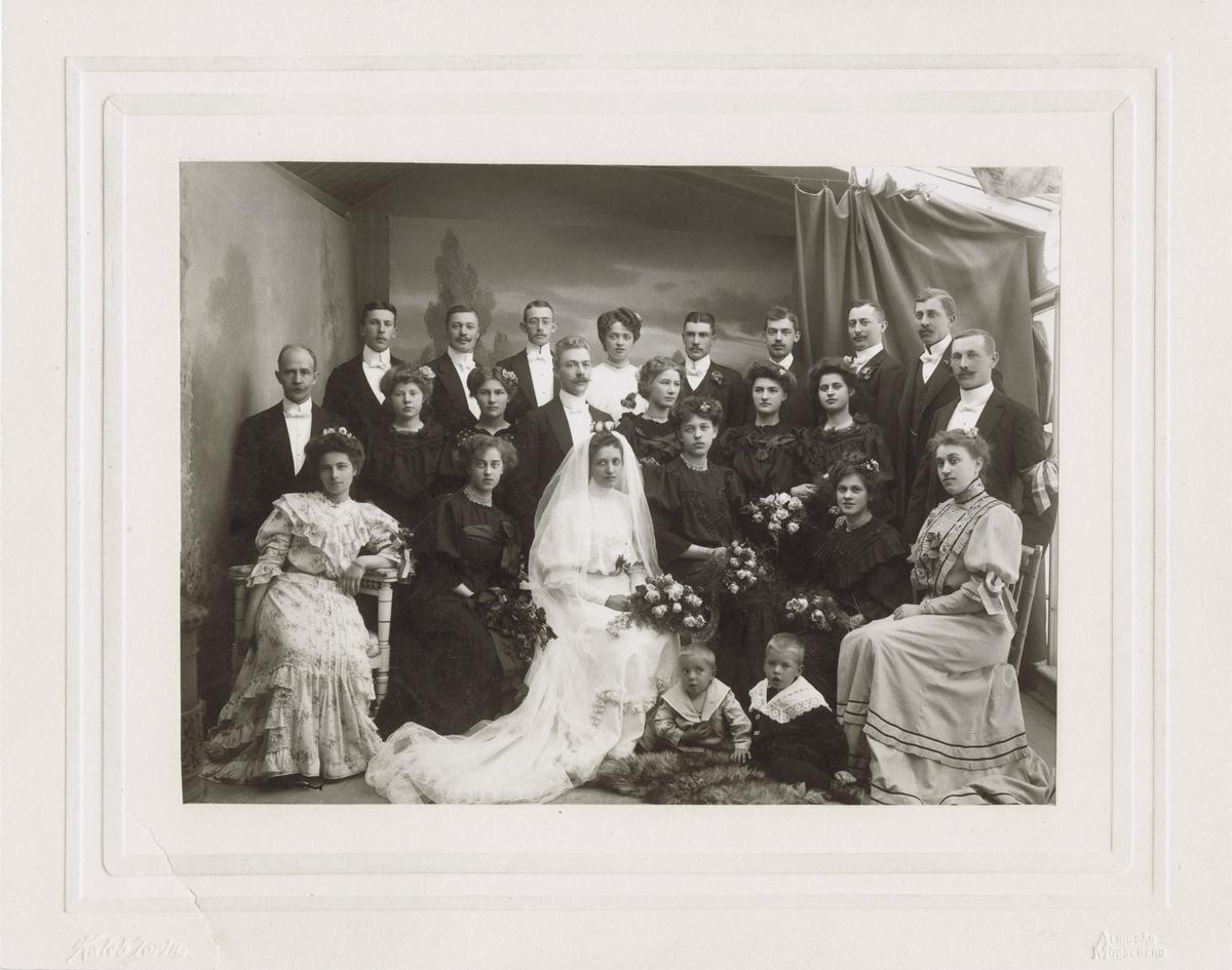 Gäster samt brudpar vid vad som tros vara Dina Boströms bröllop.