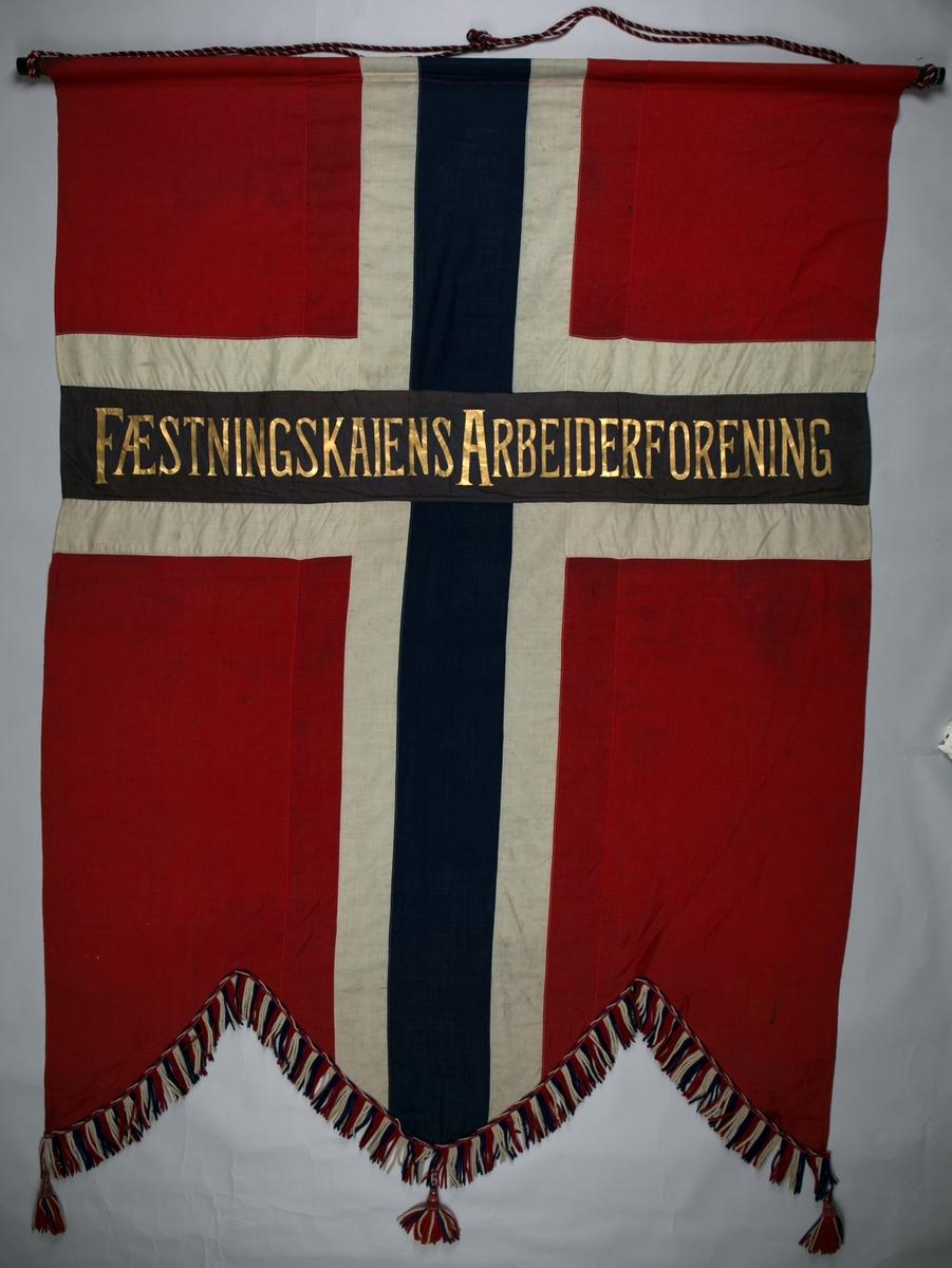 Motiv forsideog bakside: Fane som norsk slittflagg med tekst. Dekorert med frysner nederst.