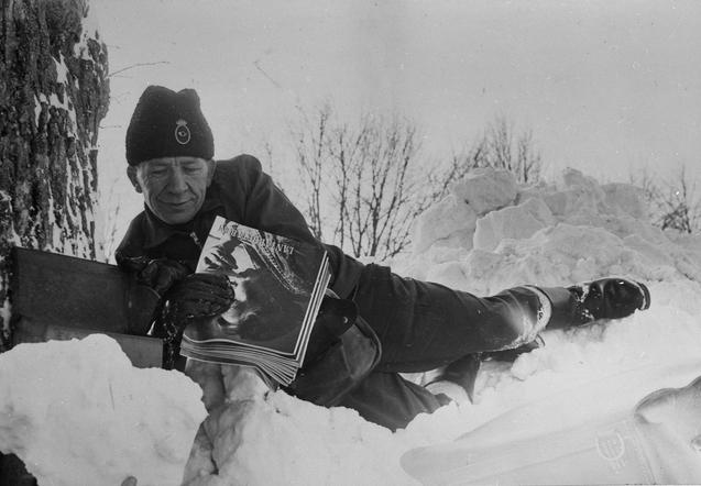 Lantbrevbärare Eric Andersson, Dalby, Skåne, får krypa fram till postlådorna den snörika vintern 1963.