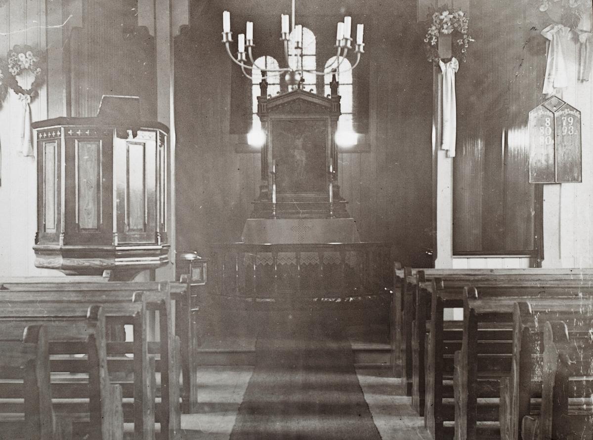 Motiv av koret og interiør i Geilo kirke (Ustedalen kapell). Blomsterkranser er hengt opp for bryllupsseremonien.