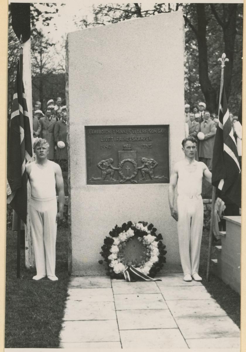 Minnestenen over de falne ved Kirkeparken, bekranses. To representanter for Moss Turnforening - T.V. Haakon Eriksen og t.h. Bjarne Pedersen. Steinen ble reist i 1948