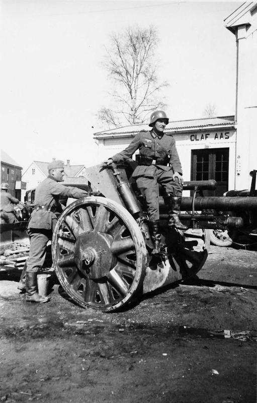Tyske soldater med kanon i Tynset sentrum. Foto: Gert Aas / Anno Musea i Nord-Østerdalen, 40661.