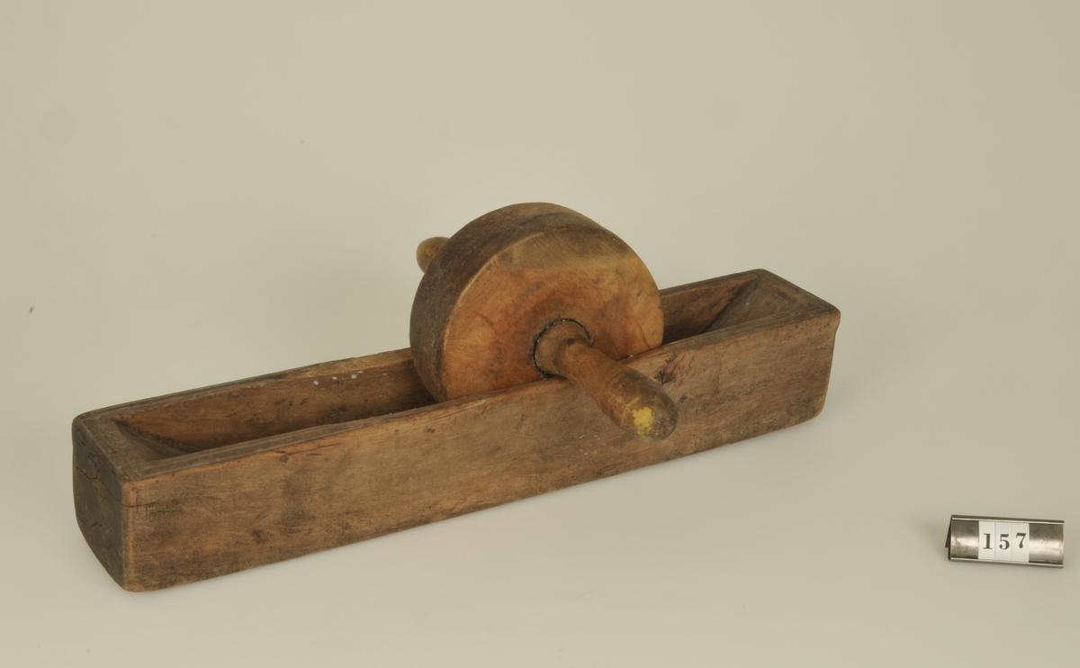 Kaffekvarn av trä. Enligt uppgift använd i givarens föräldrahem, Rödene.