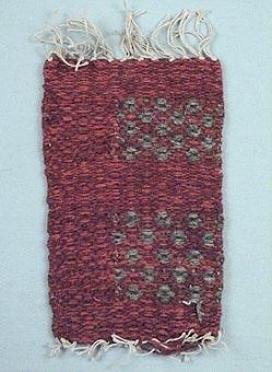 Mattprov vävt i rosengång i hårgarn i färgerna rödbrunt och naturgrått, linvarp.