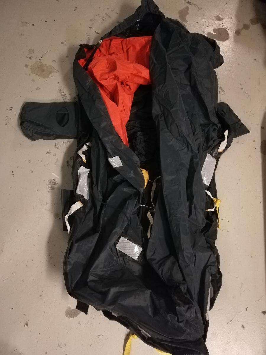 Oppblåsbar redningsflåte beregnet for en mann i sittende stilling.