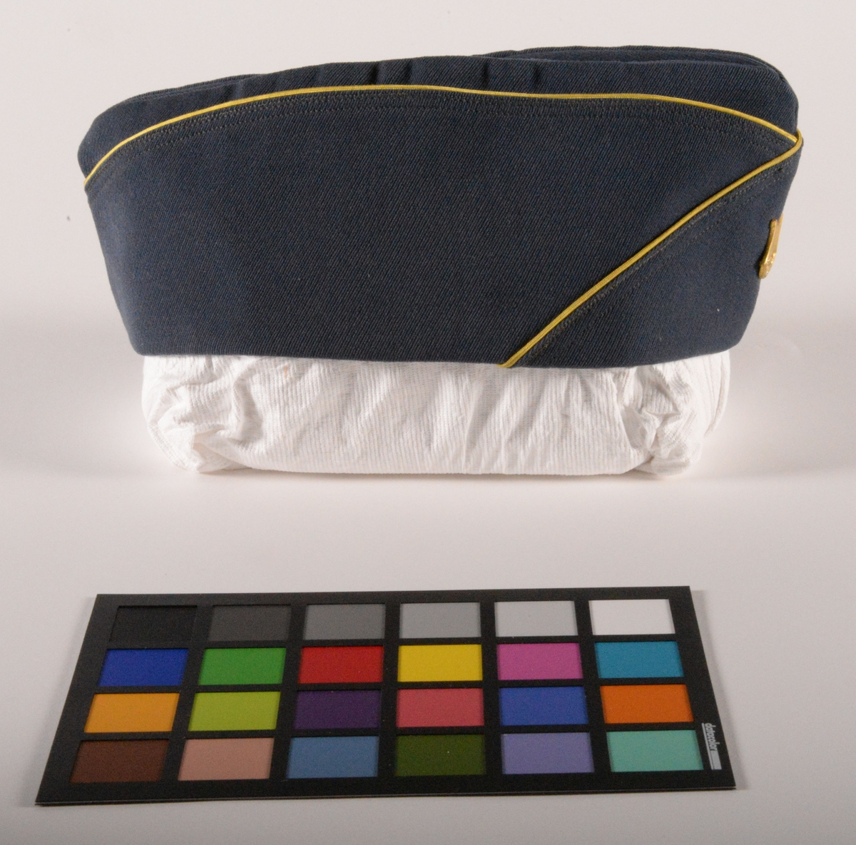 Dräkt, bestående av jacka, två par byxor, mössa, slips och väska, från kommunala musikskolans blåsorkester. Tillverkad av KABOM. Givaren spelade trumpet och valthorn och använde dräkten mellan 1964-1967.