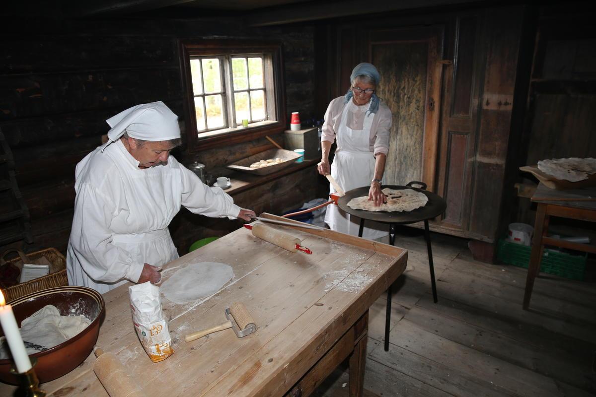 """Baking av flatbrød under """"Kom innafor"""" på Anno Glomdalsmuseet. (Foto/Photo)"""