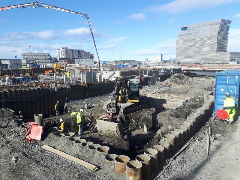 12. mai – undersøkelsene på tomten kalt Bispekilen er i gang. Årets feltarbeid i Bjørvika dekker et adskillig mindre område enn fjorårets utgravning på B8a. Håpet i år er bl.a. å finne ut om - og i tilfelle hvordan - bryggene nord og sør for Bispekilen henger sammen. (Foto/Photo)