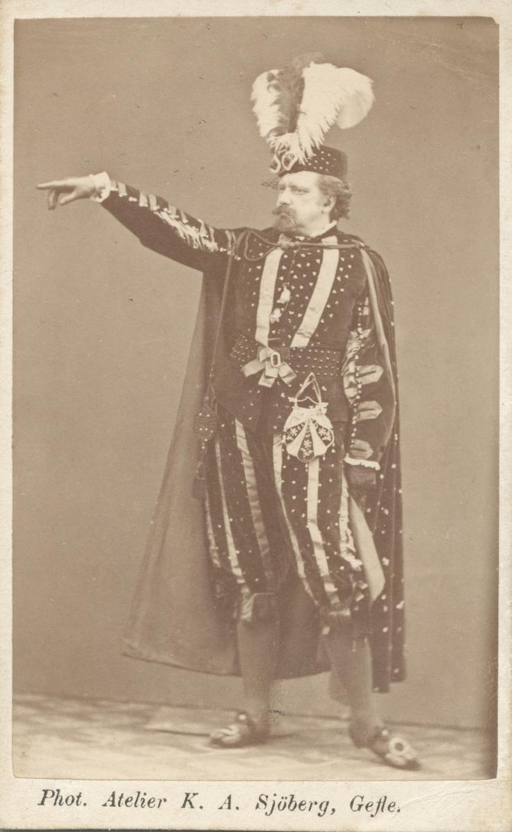 Axel Garberg iförd teaterkostym.