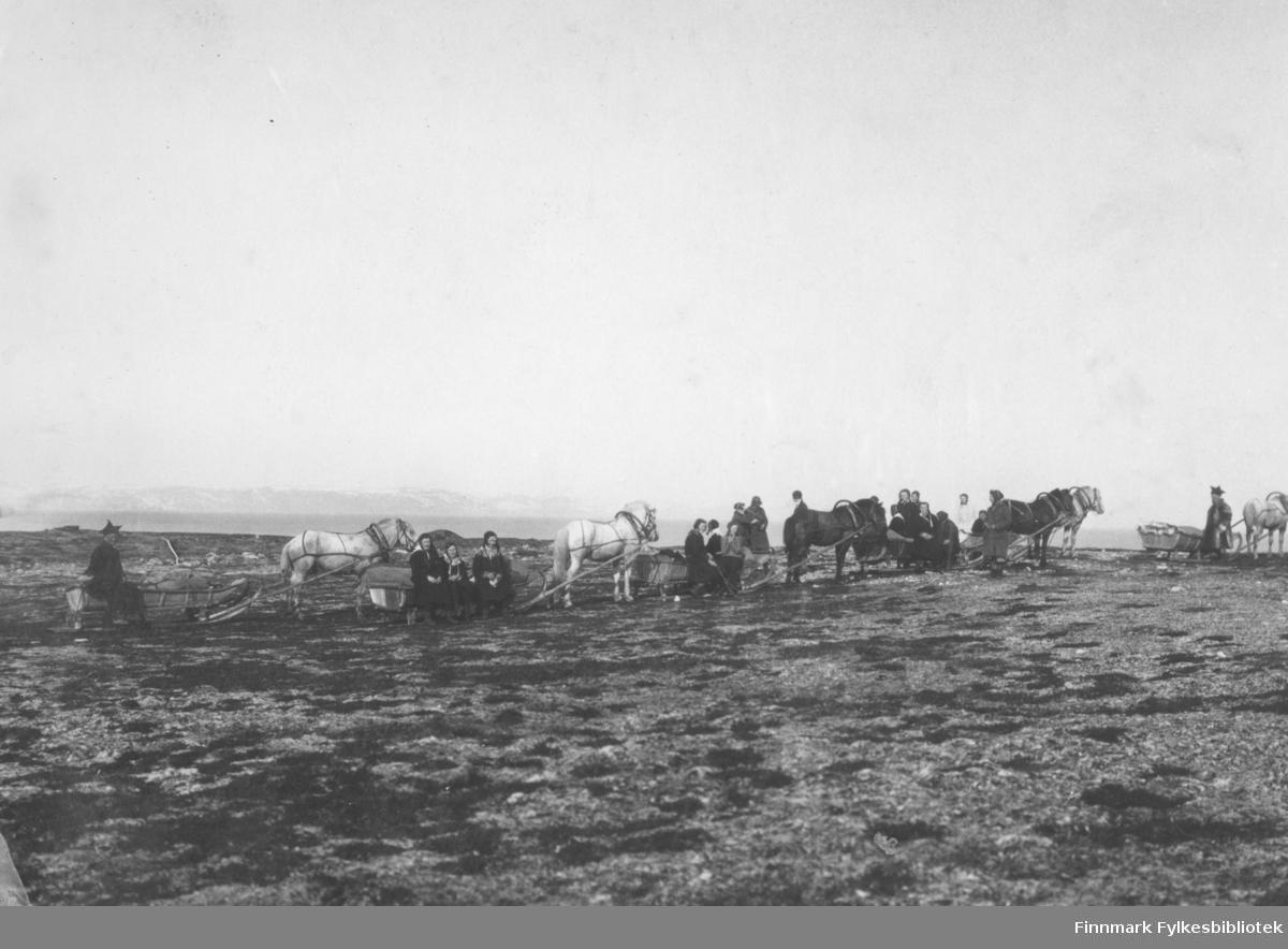 Skoletur for jenter på vei til Brenna, våren 1930. Seks hester og sleder underveis. Jentene lærte mer om hjemmearbeid og å sy.