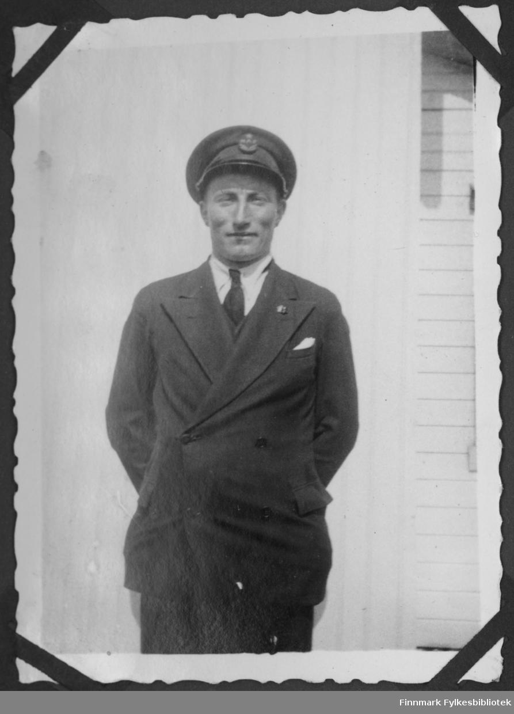 Hans Sandeng i en uniform. Han var en av de få i Børselv som hadde en lastebil på 1940-tallet.