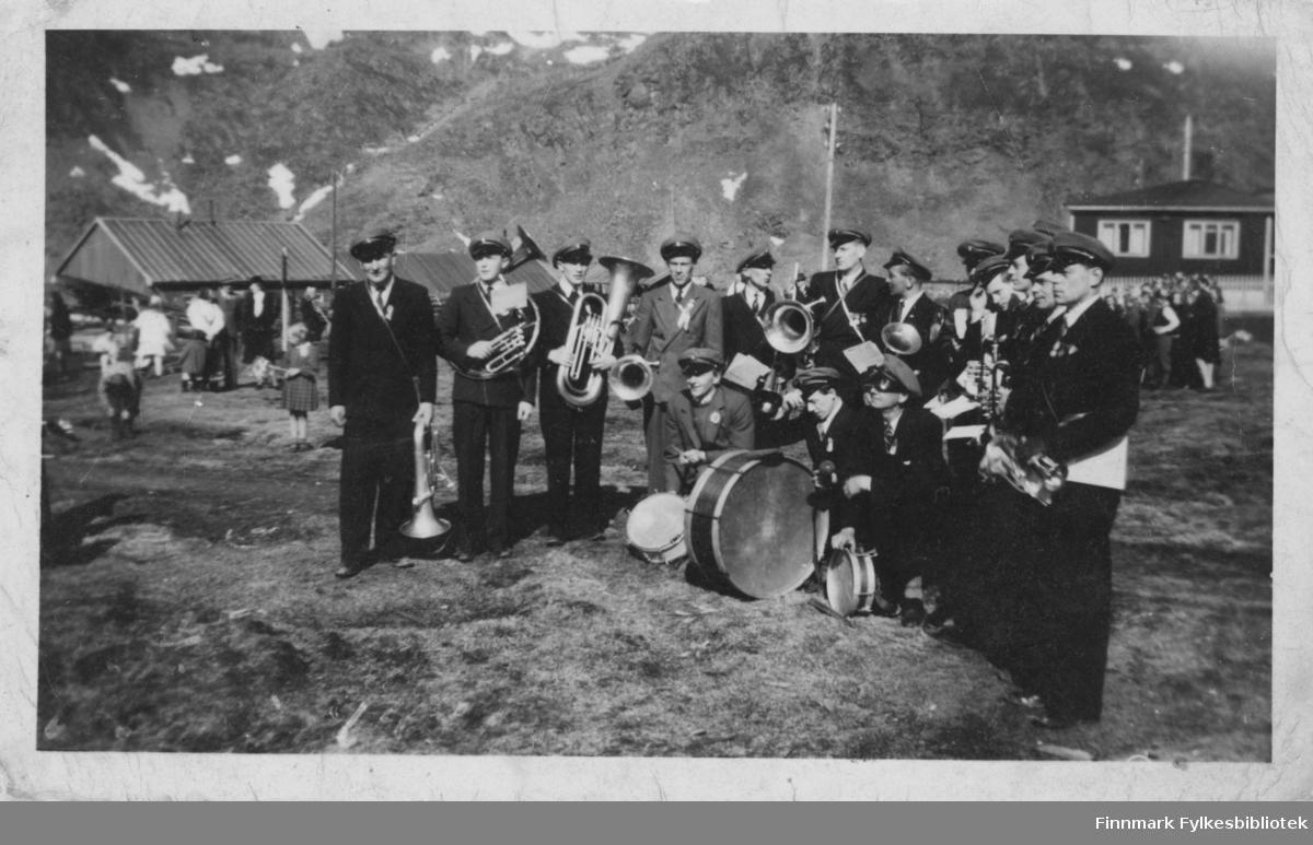 Vi ser muligens Honningsvåg musikkforening (eller musikkorps) i Nordvågen i 17. mai i 1948. Nodkappmuseet har samme bilde i sitt arkiv med tilveksnr. NO.F000756.