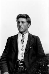 """Studioportrett, ung mann, med brodert skjorte, """"lisse"""", liss"""