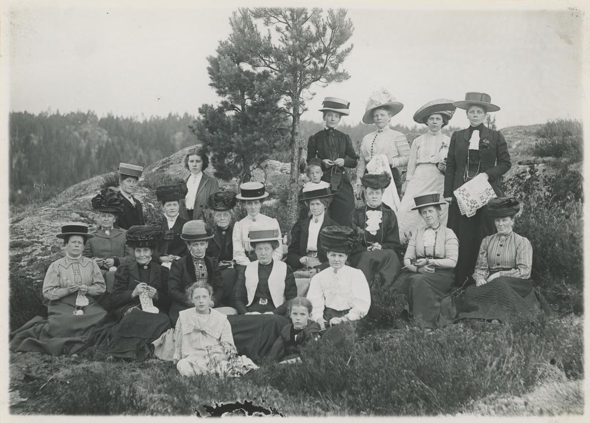 Gruppebilde i det fri. Damer, de aller fleste med hatter, vesentlig stråhatter.