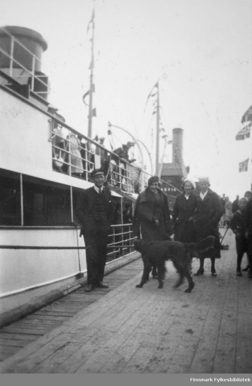 """Dette bildet er tatt antakelig i samme dag som bildet FBib.98012-123 og Fbib.98012-124: Byjubileet 1933 - Vadsøs 100-årsjubileum. Dampskipskaien søndag 23.7.33. I persontrafikken fra Petsamo (Liinahamari) begynte på nytt i året 1933, da fartøyet """"Jäämeri"""" bygget av den finske staten, ble satt i trafikk. Fartøyet """"Jäämeri"""" nærmest og """"Pasvik"""" i bakgrunnen."""