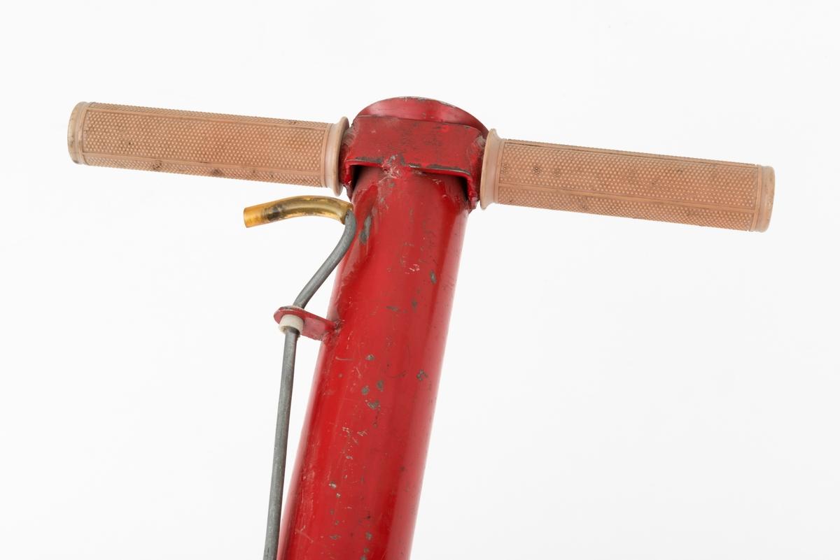 Finsk planterør for skogplanter - også kalt «Pottiputki».  Redskapet består av et 80 centimeter langt stålrør med utvendig diameter på 5,1 centimeter og innvendig diameter på 4,8 centimeter.  Den øvre delen av røret er noe utkraget, slik at åpningen der har fått en viss traktform.  Under denne «kragen» er det påsveiset et toarmet stålbeslag som er påtredd handtaksholker i grå plast, 12 centimeter lange.  Disse handtakene ble brukt til å bære redskapet i, og til en viss grad også til å styre det under planting.  Utenpå den nedre enden avplanterøret er det påsveiset en ringformet krage som går over i et slags «nebb», der det bevegelige leddet er hengslet til det faste ved hjelp av klinknagler.  I henslingsanordningen inngår også en bevegelig arm som avsluttes i et ringformet pedalpunkt.  Pedalarmen er påmontert to stålfjærer. Hensikteb med denne mekanismen er at nebbet automatisk lukkes når plantøren ved hjelp av peklefingeren drar ei lettmetallstang som er montert på utsida av planterøret oppover mot det nevnte handtaket.   På baksida av den faste delen av nebbet nederst på planterøret er det montert et vinkeljern, som brukes når plantøren skal tråkke den nedre delen av planterøret, med det lukkete, kileformete «nebbet» passelig langt ned i bakken for å skape rom til ei plante.  Planterøret er rødlakkert.    Når dette redskapet brukes på plantefelt rettes altså redskapets kileformete spiss - som ovenfor er kalt «nebbet» - mot et høvelig plantepunkt. Deretter tråkker plantøren på vinkeljernet nederst på planterøret, slik at spissens endepunkt presses drøyt 7 centimeter ned i bakken. Så tråkker plantøren på fotpedalen, slik at plantehullet får en mer sylindrisk form. Deretter slippes ei papirpotteplante med rotklumpen nederst ned i planterøret.  Dermed kan planterøret heves, samtidig som det vris litt, slik at eventuelle jordrester løsner fra det nevnet «nebbet». Jorda rundt den nylig nedsatte planta komprimeres umiddelbart ved at plantøren tråkker forsiktig rundt den.