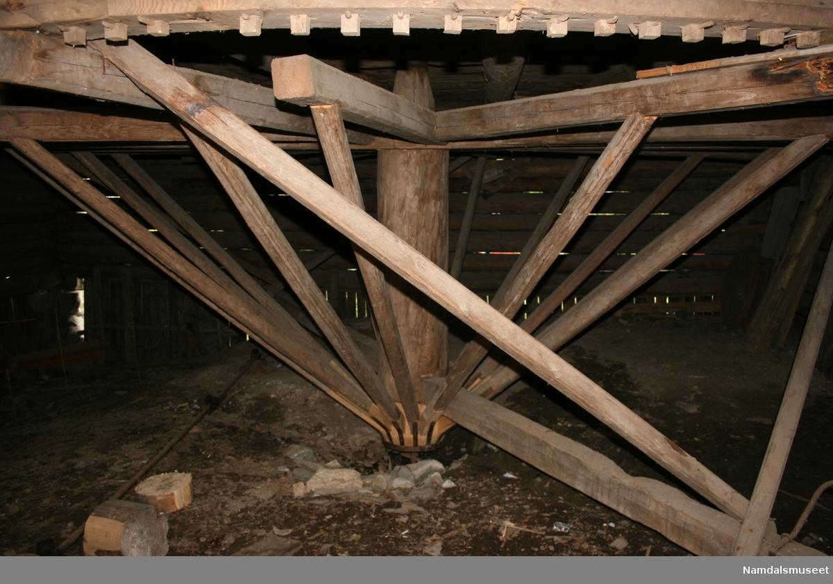 Kornlåven er bygd i laftet tømmer. I hver ende er det et kornstål for oppbevaring av kornband før tresking. I mellom disse er det et platå der kornet ble trekset. Her står en gjenreist hestevandring med en korntreske.