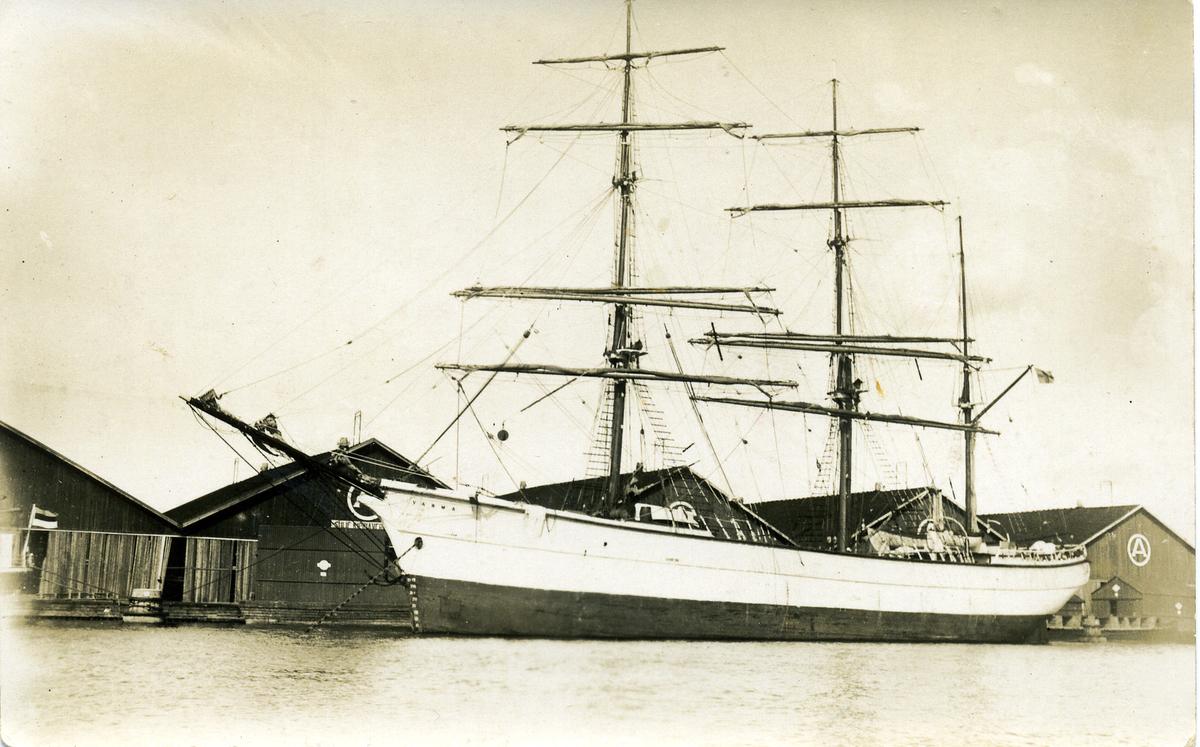 Barken Warma ägdes av Gustaf Erikson 1933 - 1937.