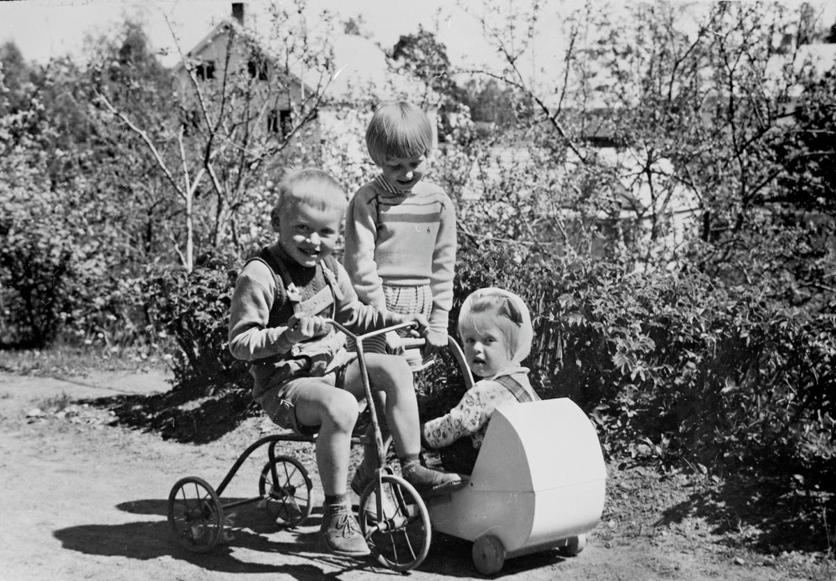 Tre unger i lek 1957