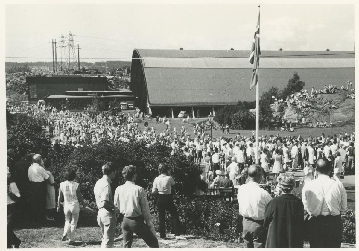 Fra byjubileet i 1970. To bilder fra messe i Nesparken.