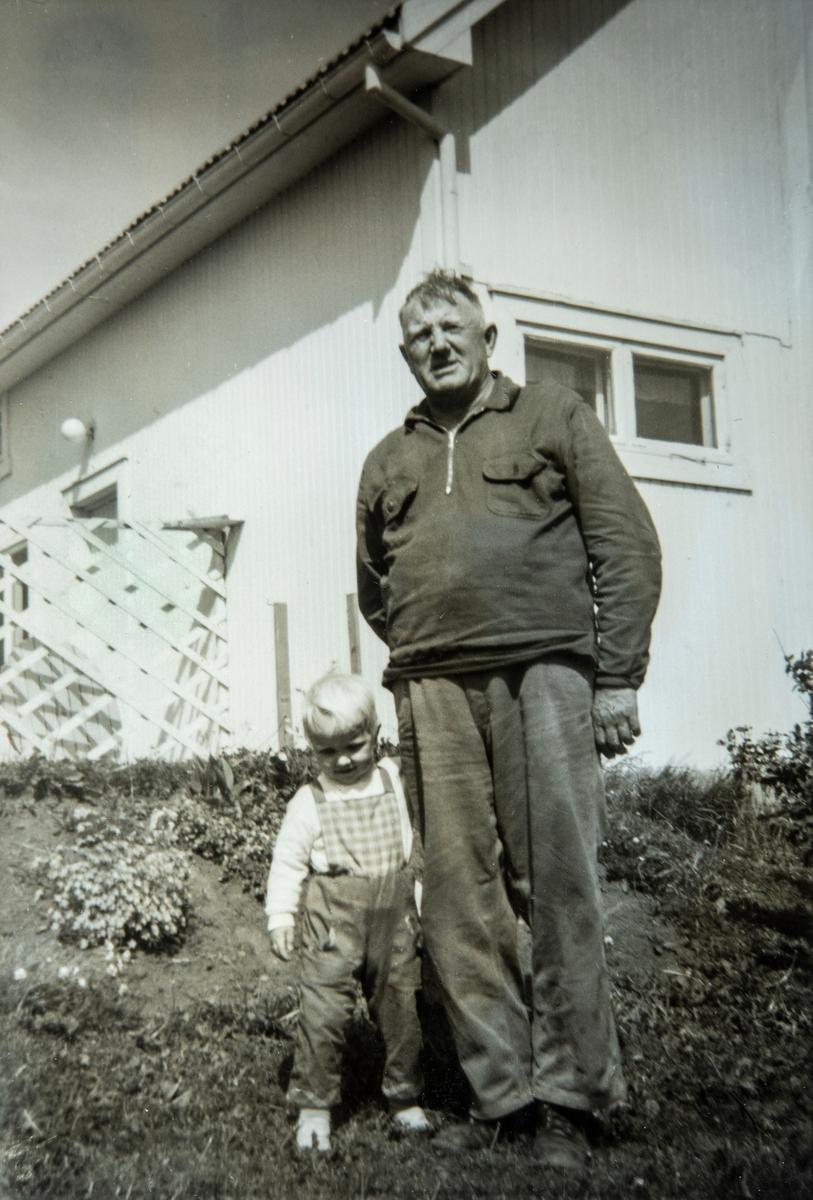 Gruppe 2, bestefar med barnebarn. Toril Nestad sammen med bestefar, Henrik Johansen Åbakken (1903-1986) Bildet er tatt på Åbakken i Stange Vestbygd i 1972